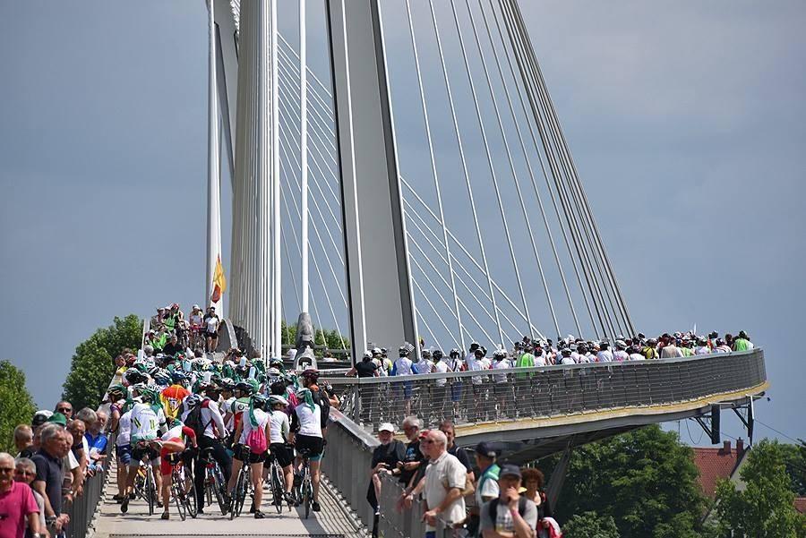 Figure 4 Deux tandems parmis plus de 5000 vélos transforme rapidement la parade en réel exercice de pilotage, plutôt stressant.