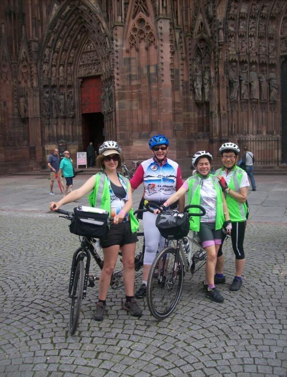 Figure 5 Les deux équipages tandemistes devant la cathédrale de Strasbourg.